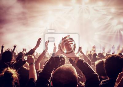 Naklejka Duża grupa osób korzystających z koncertu