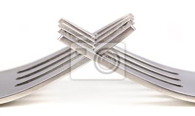 Dwa widelce krzyż na białej powierzchni