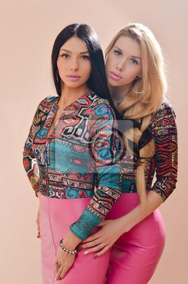 1fe639fb0b Naklejka Dwie młode kobiety girl przyjaciół lub siostry w różowe sukienki  ze skóry