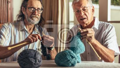 Naklejka Dwóch starszych przyjaciół dziania w domu