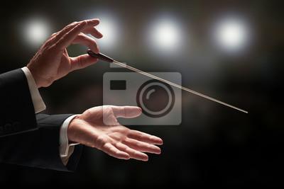 Naklejka Dyrygent dyrygujący orkiestrą