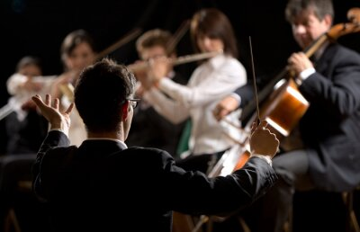 Naklejka Dyrygent kierowanie orkiestrę symfoniczną