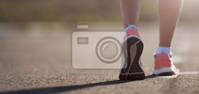 Naklejka Działającego buta zbliżenie kobieta bieg na drodze z sportów butami