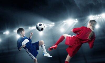 Naklejka Dzieci grają w piłkę na stadionie