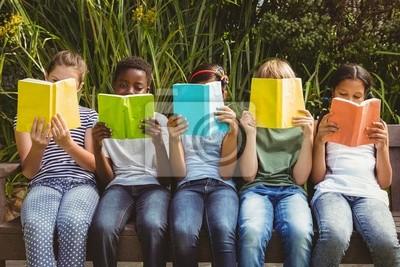 Naklejka Dzieci w parku czytania książek