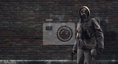 Naklejka Dzielny post apokaliptyczny ocalały z maską gazową