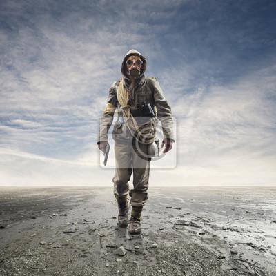 Naklejka Dzielny żołnierz z maską gazową chodzącą po krajobrazie atomowym