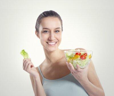 dziewczyna trzyma talerz z sałatką