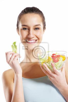 dziewczyna trzyma talerz z sałatką na białym tle