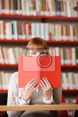 Dziewczyna ukrywa się za książki o bibliotece