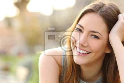 Naklejka Dziewczyna uśmiecha się z doskonałym uśmiechem i białe zęby