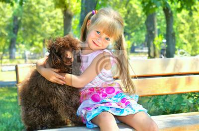 Dziewczynka przytulanie psa pudel