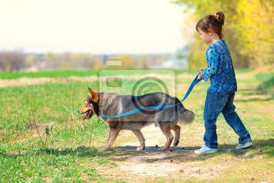 Dziewczynka z psem na zewnątrz walking