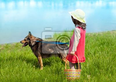 Dziewczynka z psem, patrząc na rzekę