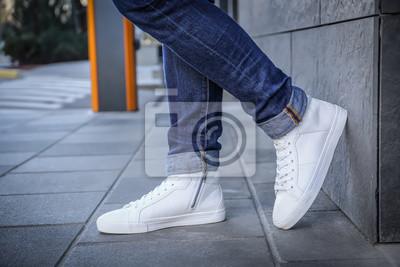 Naklejka Elegancki mężczyzna w białych butach na miasto ulicie