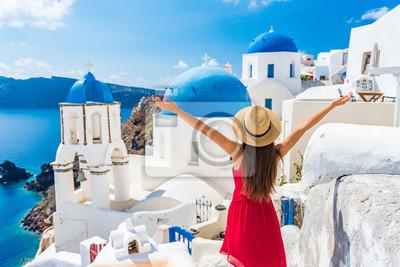 Naklejka Europa podróżować szczęśliwą urlopową kobietą. Dziewczyna turysta ma zabawę z otwartymi rękami w wolności w Santorini rejsu wakacje, lato europejski miejsce przeznaczenia. Czerwona sukienka i osoba ka