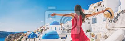 Naklejka Europa podróży wakacje zabawa letnia kobieta czuje wolny taniec z bronią otwarte w wolności w Oia, Santorini, Grecja. Beztroska dziewczyna turystycznych panorama banner.