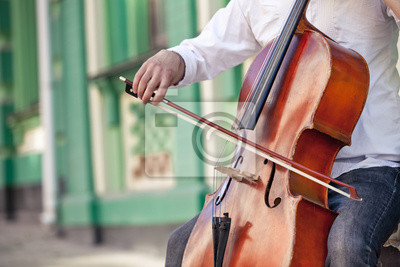 Naklejka facet, który gra na wiolonczeli na ulicy w lecie