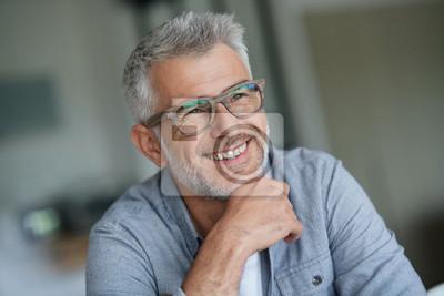Naklejka Facet w średnim wieku z modnymi okularami