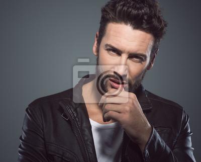 Fajne atrakcyjny mężczyzna w skórzanej kurtce