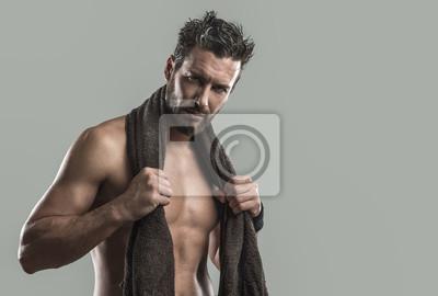 Fajne sportowiec człowiek stwarzających z ręcznikiem
