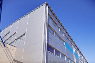 Fasady aluminiowej na budynku przemysłowego