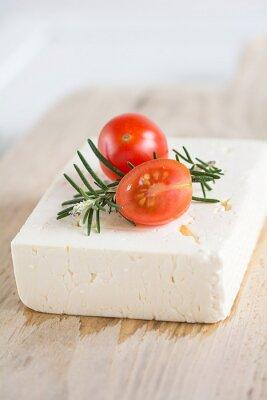 Naklejka Feta z rozmarynem i pomidorami na desce