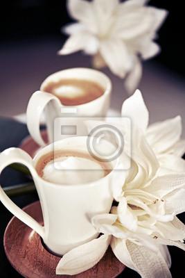 Naklejka filiżanek kawy mleka z kwiatami