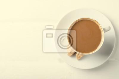 Naklejka Filiżanka kawy z mlekiem cukru trzcinowego na białym tle drewnianych.