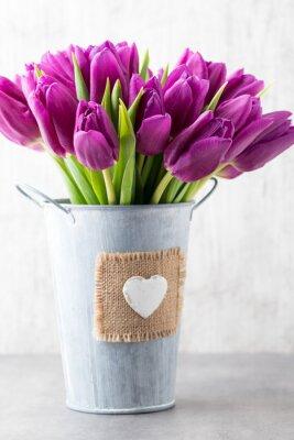 Naklejka Fioletowy bukiet tulipanów na szarym tle.