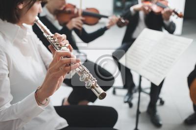 Flecista odtwarzanie jej instrumentu na scenie