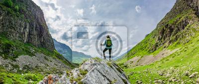 Naklejka Frau mit Rucksack beim Wandern