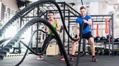Naklejka Frau und Mann im Fitnessstudio liny bitwy mit