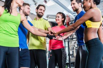 Naklejka Frauen und sind Männer motiviert für Sport und Fitness und die Hände stapeln