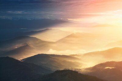 Naklejka Gdy noc zmieni się w ciągu dnia. Piękne wzgórza jasno oświetlone podczas wschodu słońca.