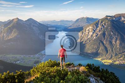 Naklejka Góral ciesząc się widokiem na jezioro Achensee w lecie, Austria Tyrol