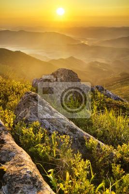 Górskie doliny spada na wschodzie. Piękny krajobraz lato