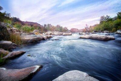 Naklejka Górskie rzeki w skalistych brzegach porośniętych drzewami