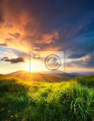 Naklejka górskiej dolinie podczas zachodu słońca. Naturalny krajobraz lato