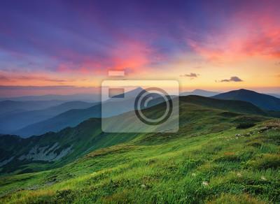 Naklejka górskiej dolinie w czasie wschodu słońca. Naturalny krajobraz lato.