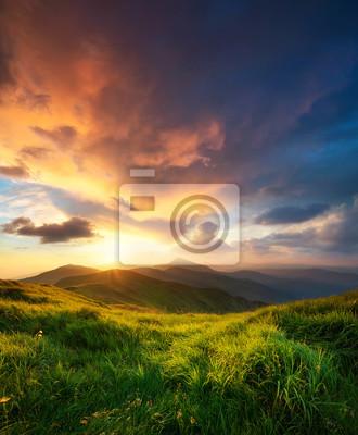 Naklejka górskiej dolinie w czasie wschodu słońca. Naturalny krajobraz lato