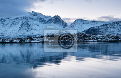 Góry grzbiet i odbicie na powierzchni wody. Naturalny krajobraz w Norwegii