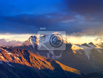 Góry podczas zachodu słońca. Piękne krajobrazy