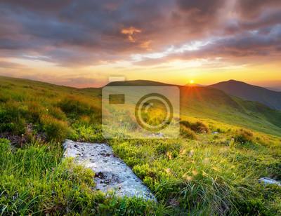 Góry podczas zachodu słońca. Piękny naturalny krajobraz w okresie letnim