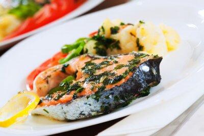 Naklejka Gotowane łososia ryby na talerzu