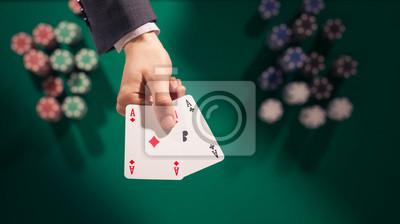 Gracz trzyma dwa asy