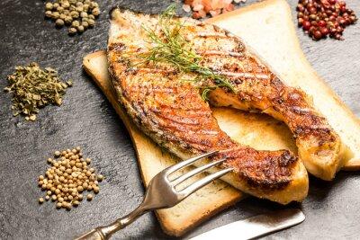 Naklejka grillowany filet z łososia na gorąco kromek chleba i przyprawy nad łupkami