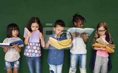 Naklejka Grupa dzieci w szkole czytania do nauki