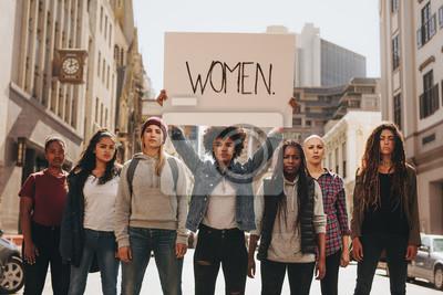 Naklejka Grupa kobiet maszerujących na drodze w proteście