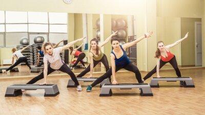 Naklejka Grupa kobiet podejmowania kroków aerobiku